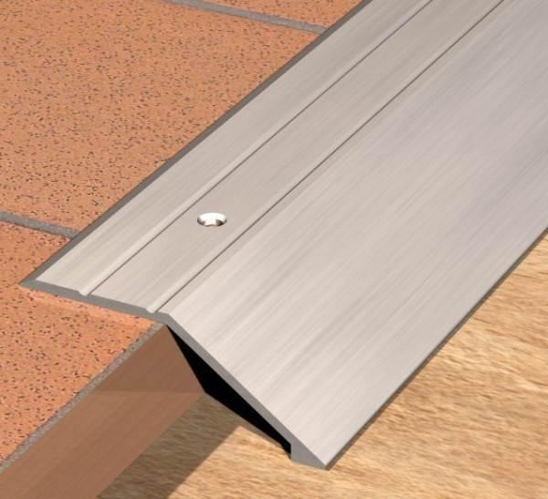 Алюминиевый порог, скрывающий перепад высоты