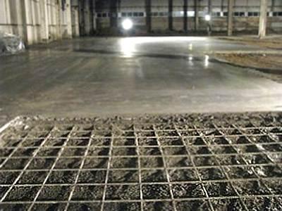 Армированный бетонный пол промышленного назначения – это серьезное инженерное сооружение, над которым работают целые отделы проектировщиков и монтажников.