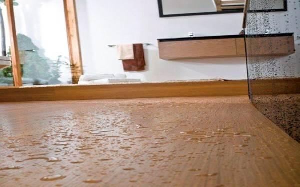 Брызги воды и лужицы, попавшие на ламинированную поверхность, лучше удалять как можно быстрее.