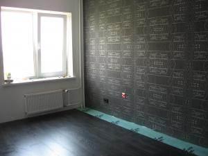 Чёрный пол с тёмными стенами – получилось мрачновато.