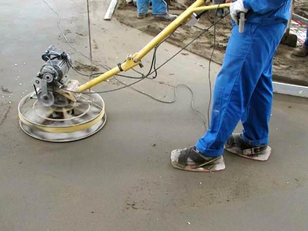 Чтобы ходить по мягкому бетону для затирки стяжки, используйте бетоноступы