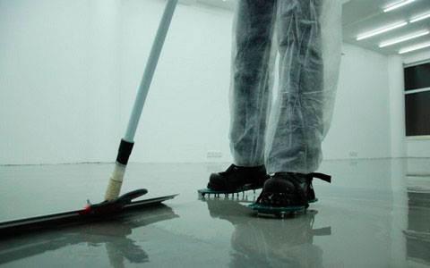 Чтобы передвигаться по жидкой смеси используйте мокроступы