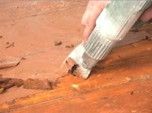 Чтобы старая краска эффективней удалялась, можно использовать строительный фен, горячий воздух ускоряет процесс зачистки