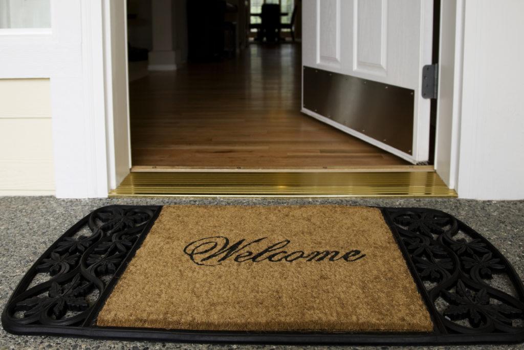 Коврик застеленный перед входом в дом поможет Вам очистить ноги и снизить распространение мусора, защитив ламинат