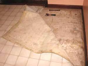Даже только при осмотре того, что творится под старым линолеумным покрытием, используйте ИСЗ, считая, что под ним содержатся вредные для здоровья вещества (асбест, кристаллический кремнезем).