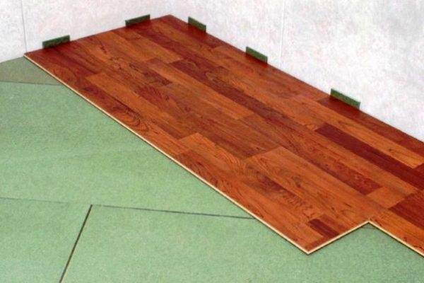 Даже толстые плиты подложного материала не избавляют от необходимости выравнивания пола.