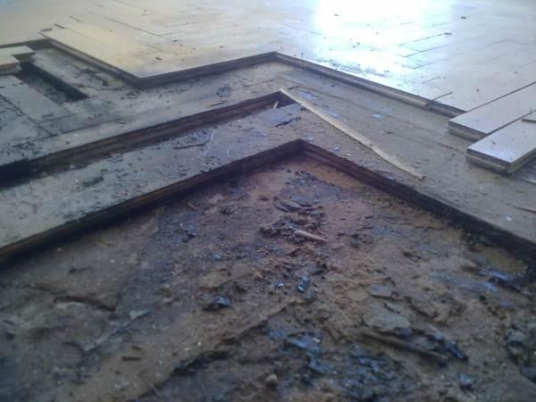 Демонтируем все слои старого покрытия.