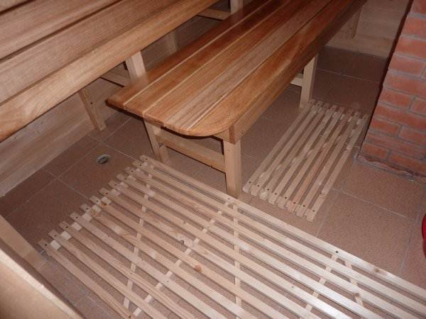 Деревянные решетки на полу парилки