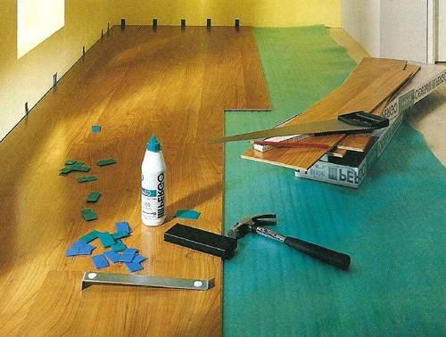 Для монтажа покрытия своими руками потребуется небольшой набор инструмента и четкое представление о технологии укладки.