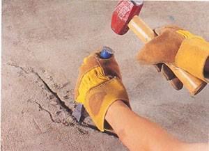 Для расшивки можно использовать обычное зубило и молоток