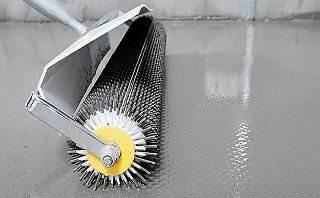 Для удаления пузырьков из поверхности стоит использовать валик с шипами