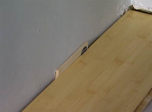 Достаточно 1-1,5 см зазора, чтобы исключить вспучивание напольного покрытия