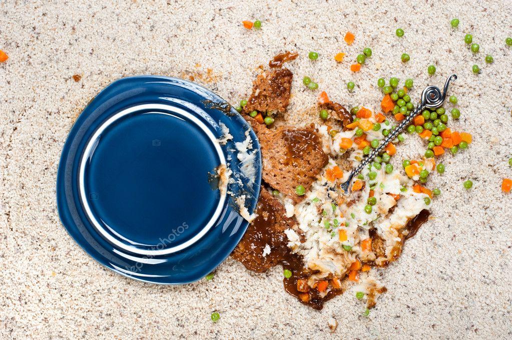 Упавшая на ковер еда - цель для многих