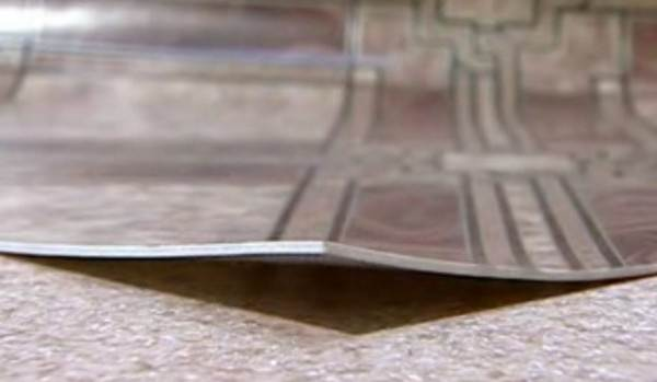 Эластичные напольные покрытия обладают рядом особенностей, от которых зависит то, как правильно резать линолеум.