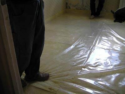 Если хотите повысить теплоизоляционные качества линолеума, постелите под него полиэтиленовую пленку
