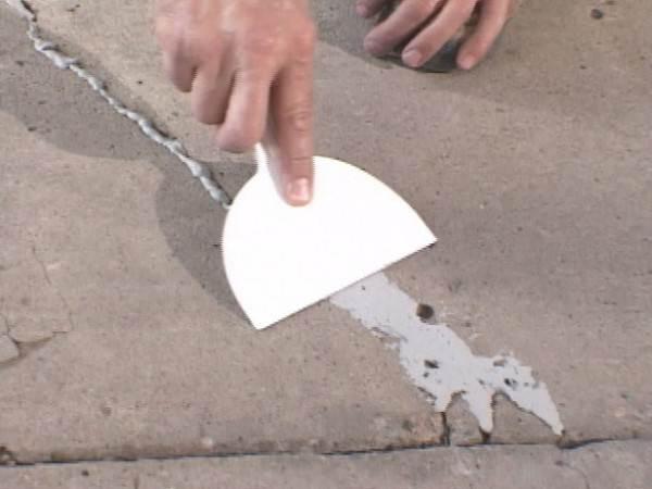 Если на бетонном полу имеются дефекты, их устраняют с помощью шпаклевки или цементного раствора.