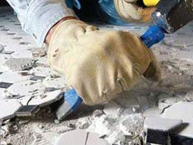 Если у вас уже была на полу плитка, от нее желательно избавиться, клей лучше схватывается с бетонным основанием