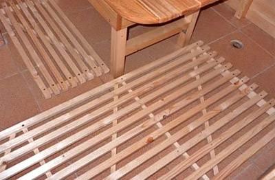 Если вы используете кафель в качестве напольного покрытия в бане, то следует соорудить «поддоны» под ноги, чтобы случайно не поскользнутся (на фото)