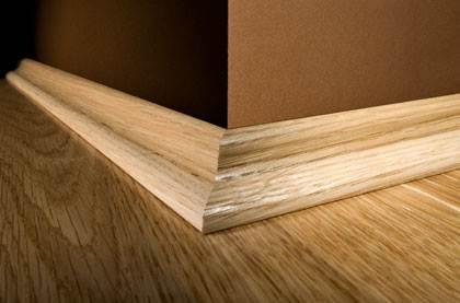 Если вы разобрались, как прибить деревянные плинтуса, то результат будет выглядеть так