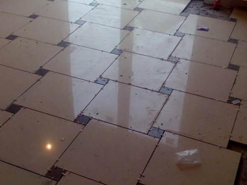Этот материал на полу смотрится прекрасно и вдобавок практичный продукт