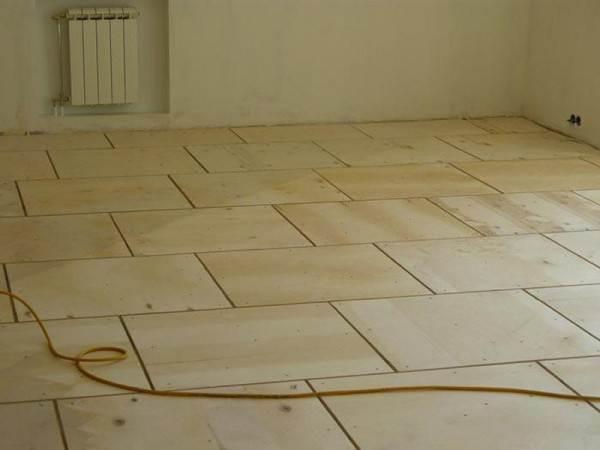Фанеру режут на квадраты, которые раскладывают по всей площади помещения.