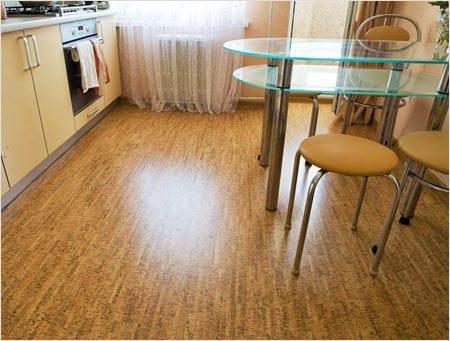 Фото: Для кухни лучше использовать клеящую технологию укладки пробкового материала.