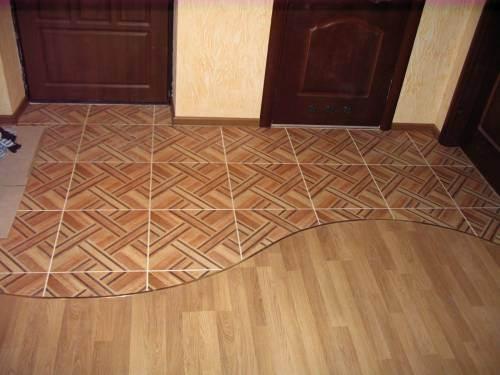 Фото комнаты с разными соединёнными напольными покрытиями