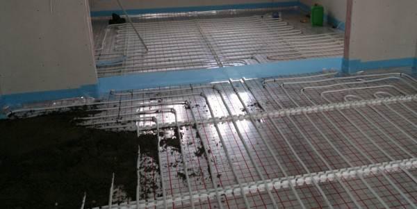 Фото: монтаж цементного покрытия на систему труб водяного обогрева