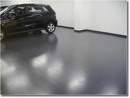 Фото: Окрашенный пол из бетона в гаражах, автопарках, в местах парковки автомобилей помогает продлить сроки его службы, облегчает уход за ним.