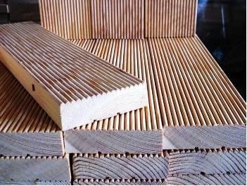 Фото: Палубная доска из натуральных пород дерева с противоскользящей, рифленой поверхностью.