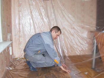 Фото: Перед ремонтно-строительными работами защитите напольное покрытие, стены, мебель полиэтиленовыми тентами от пыли, грязи, брызг краски и кусков монтажной пены.