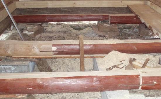 Фото: пол в бане из бруса можно укладывать на лаги, например, размерами 15 х 15 (см) и 20 х 20 (см) или на бревна.
