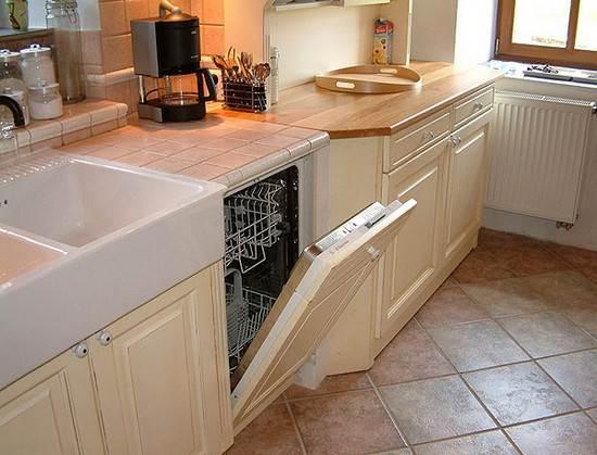 Фото пола из керамической плитки в кухне – очень практичный вариант.