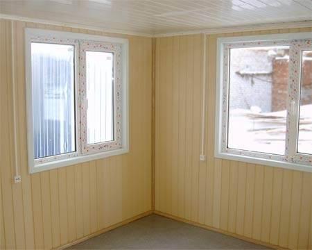 Фото потолка из ПВХ панелей с пластиковым обрамлением.