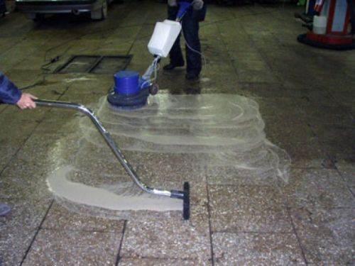 Фото процесса глубокой очистки и дезинфекции твердого каменного пола