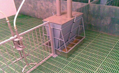 Фото щелевого покрытия свинарника.