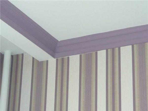 Фото цветного потолочного багета