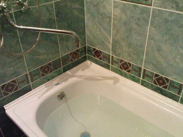 Фото ванной, зазоры у которой красиво отделаны плинтусом.
