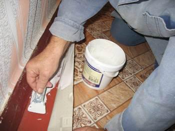 Фото: Важно, при решении класть новое напольное покрытие на старое, правильно подобрать клей, или вообще отказаться от него.