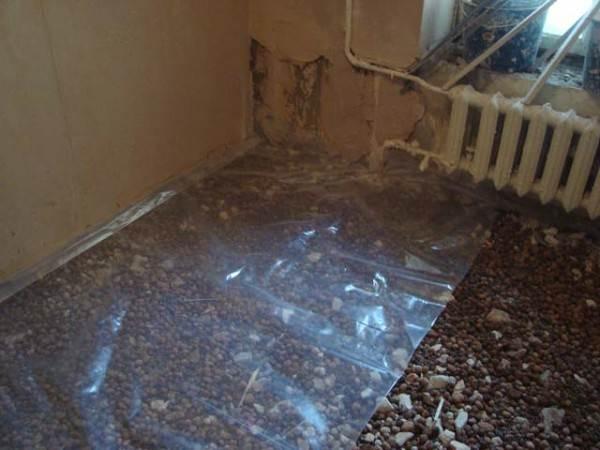 Гидроизоляционный материал кладется под и над утеплителем