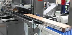Готовые панели, не сходя с конвейера, разделяются и упаковываются