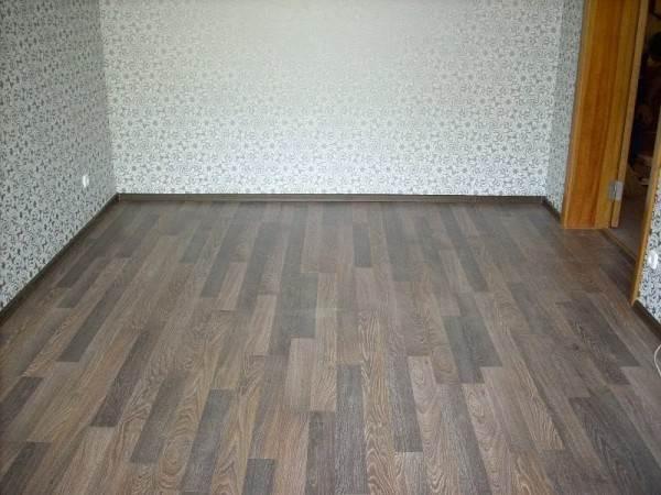 Готовый пол из ПВХ-покрытия с плинтусами