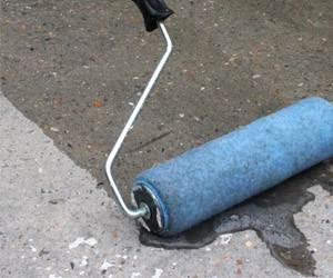 Грунтовка пола перед укладкой плитки – обработка бетонного основания.