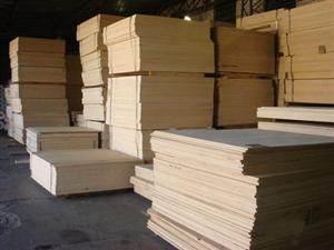 Хранится древесно-слоистая плита в стопках