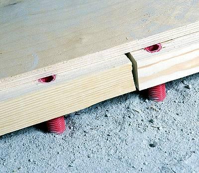 Инструкция укладки фанеры на лаги гласит – ровно по центру и чтобы стыки лагов и фанеры ни в коем случае не совпадали