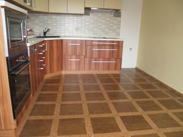 Интерьер кухни с полами из линолеума.