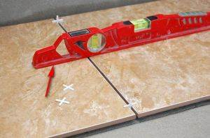 Использование уровня и пластиковых крестиков