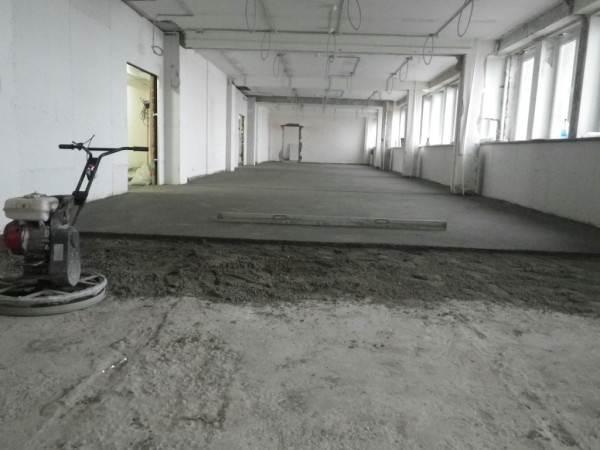 Изготовление стяжки на больших площадях требует особо точных расчетов, поскольку небольшое отклонение вначале помещения может дать перепад в несколько сантиметров в конце комнаты, а значит лучше разбивать поверхность на сектора