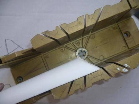 Как резать потолочный плинтус в углах с помощью стусла