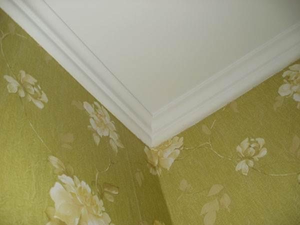 Как видно на фото, потолочные рейки скрывают верхний край обоев и создают изящный переход между стенами и потолком.